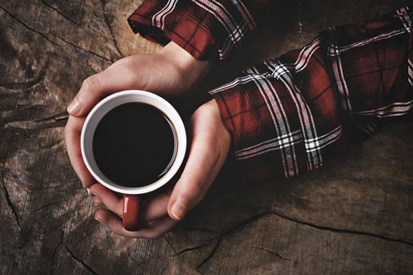 コーヒーを持つ手